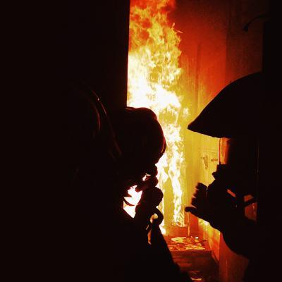 Dans l'ombre des flammes